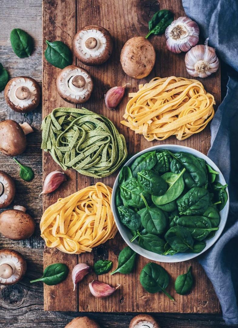 Быстрая веганская паста с грибами и шпинатом