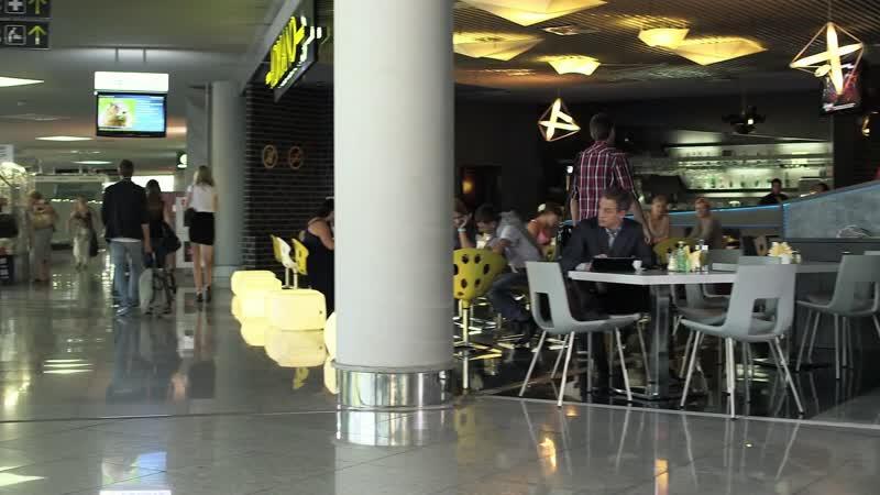 сцена в аэропорту из сериала Городские шпионы