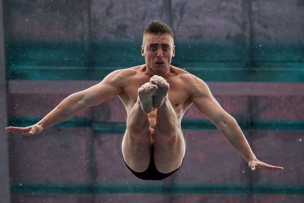 Российский спортсмен Артем Сильченко во время прыжка с 27-метрового трамплина на Кубка FINA High World в Чжаоцине (Китай