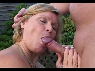 ПОРНО -- ЕЙ 54 -- ЛЫСЫЙ ТРАХАЕТ ПУХЛЕНЬКУЮ БАБУ В САДУ -- milf mature sex --  Lacey Starr