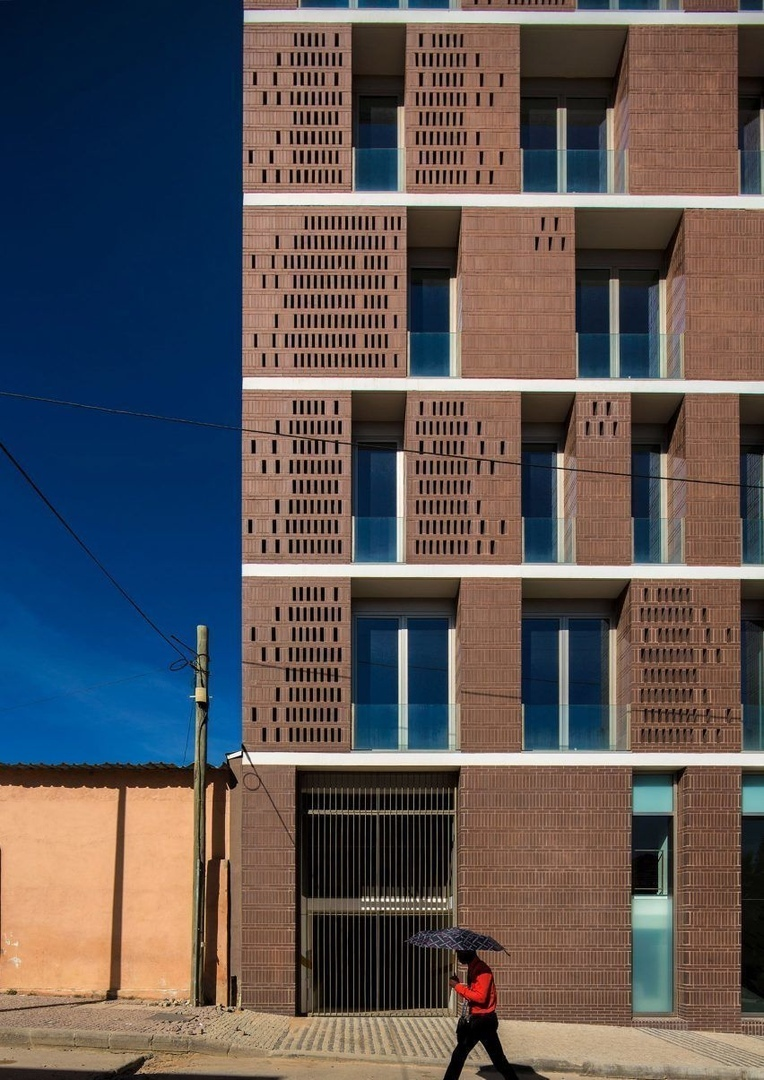 Brownbrickfacades ofPromontorio's tower in the Angolan town of Lubango recall the tones of traditional African rammed-earth buildings.