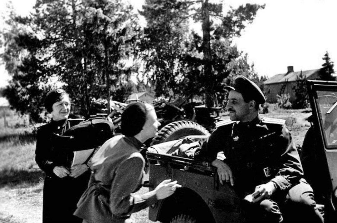 Художница А.С. Вишневицкая К. Симонов, В. Серова на одном из участков Ленинградского фронта, 1944 г.