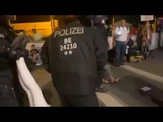 Kurz nach Mitternacht - Brutale und illegale Auflösung des Corona Camps in Berlin