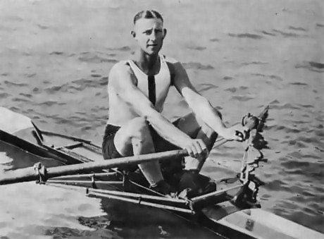 На Олимпийских играх 1928 года в Амстердаме произошла удивительная история. Австралийский спортсмен по одиночной гребле Бобби Пирс уверенно шел к финишу, прилично обогнав своих соперников, но