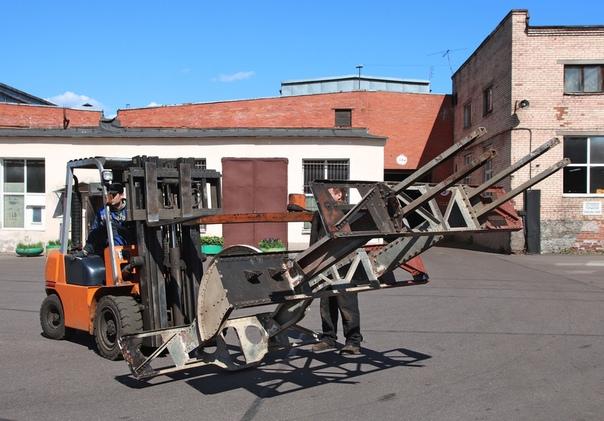 ЗАГАДКА  Отгадайте, фрагмент какой техники транспортирует погрузчик?