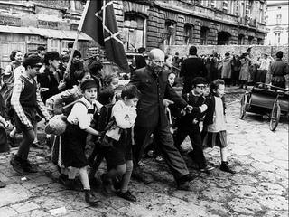 Он вошел в газовую камеру с детьми  Януш Корчак