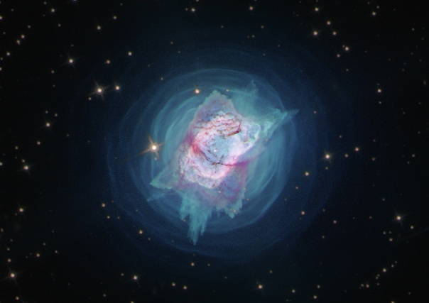 На фото - планетарная туманность NGC 7027, снятая космическим телескопом Hubble в ближнем ультрафиолетовом диапазоне