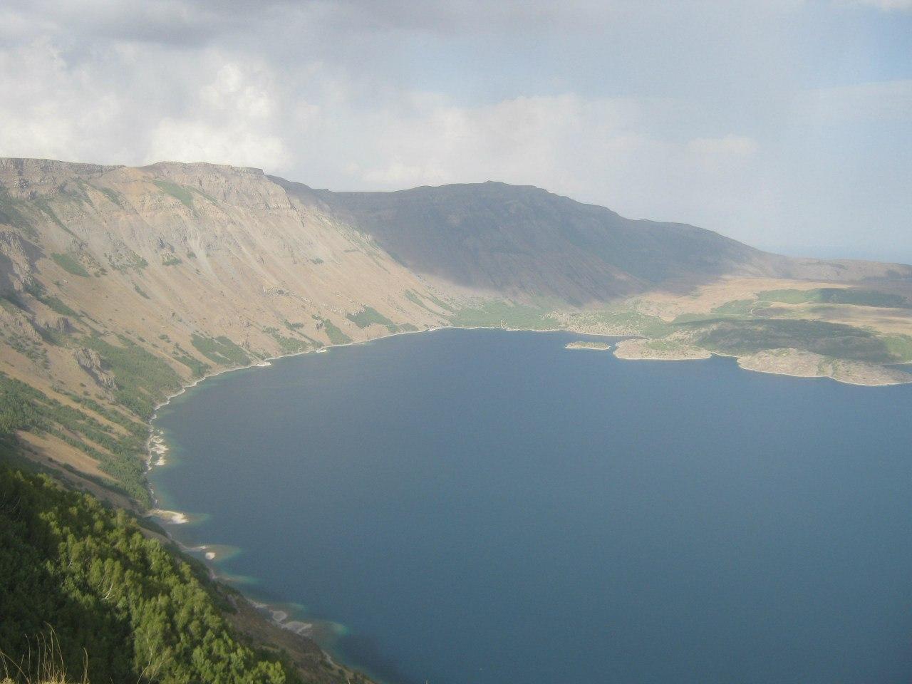 кратер вулкана Немрут и озеро Немрут