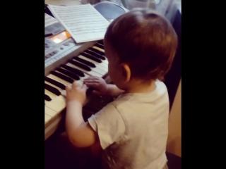 """Юный пианист играет своё собственное произведение😂😂😂""""Абстракция""""😍👍"""