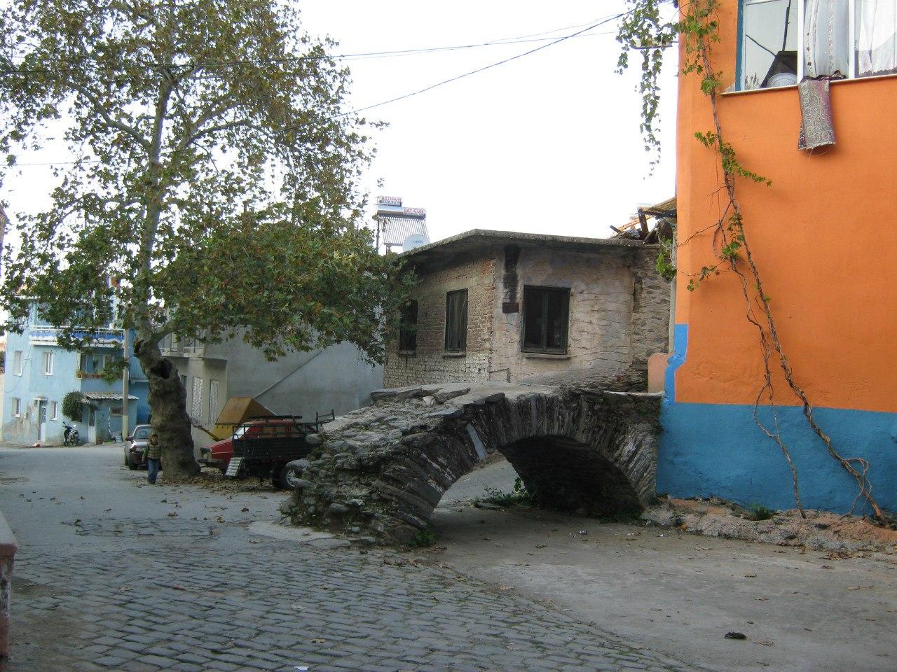 Старый мост над бывшим ручьём в Тире.