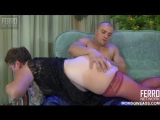 Молодой поц ебёт в жопу русскую бабусю с матом и кончает в жопу HD 720