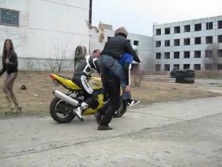 Honda vs suzuki gsx r600 snake woman chick hails cab in bikini