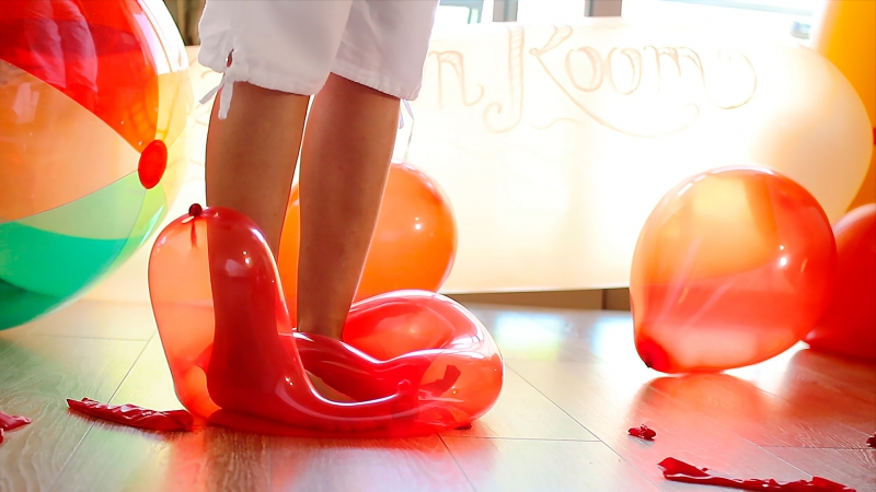 Woman has sex with balloons and says the risk of them popping is thrilling