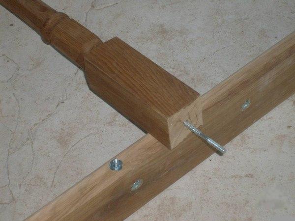 Популярный метод крепления балясин к тетиве лестницы — использования шпильки