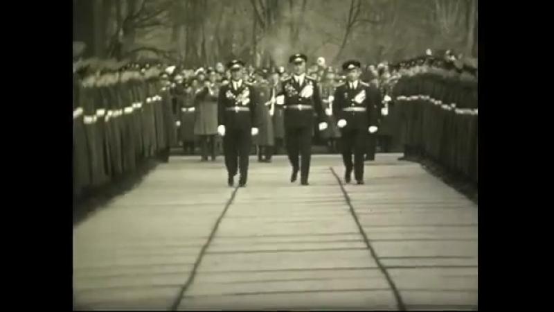 Льотчики, Герої Радянського Союзу, крокують Луцьким Меморіалом