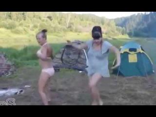Девушки танцуют  Прикол класс!