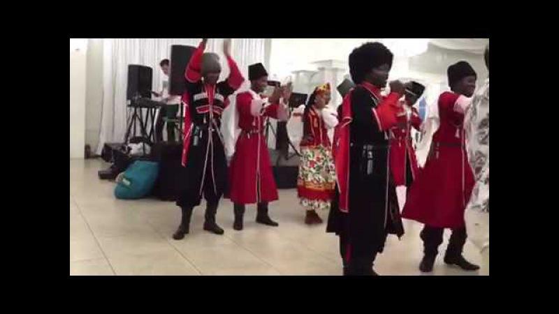Афроамериканцы поют по Армянский
