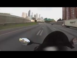Мотоцикл уходит от погони