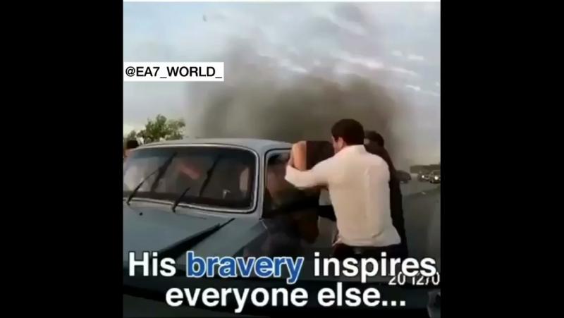 В Чечне храбрый мужчина вытащил людей из горящей машины