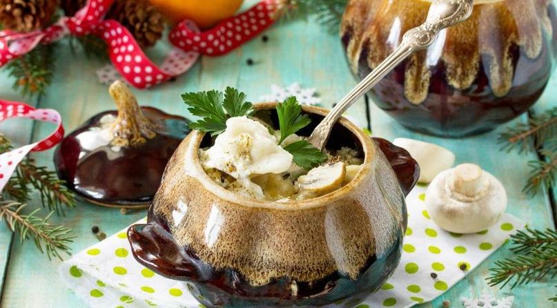 Пельмени в горшочке с сыром и сухарями
