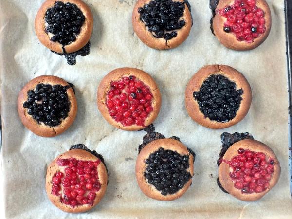 Ржаные булочки с ягодами, изображение №7