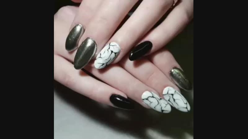 Серебристо-серый мраморный узор дополнен глубоким черным основным цветом и серебрянным пигментом. Стильные ноготки для Алены