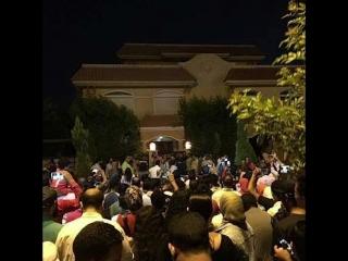 Фанаты узнали адрес салаха. он вышел к ним и раздал автографы