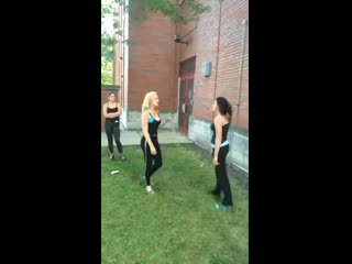 Kız kavgası two pretty girls fist fight. saçbaş bir birini yumruklayan kızlar. girls fight