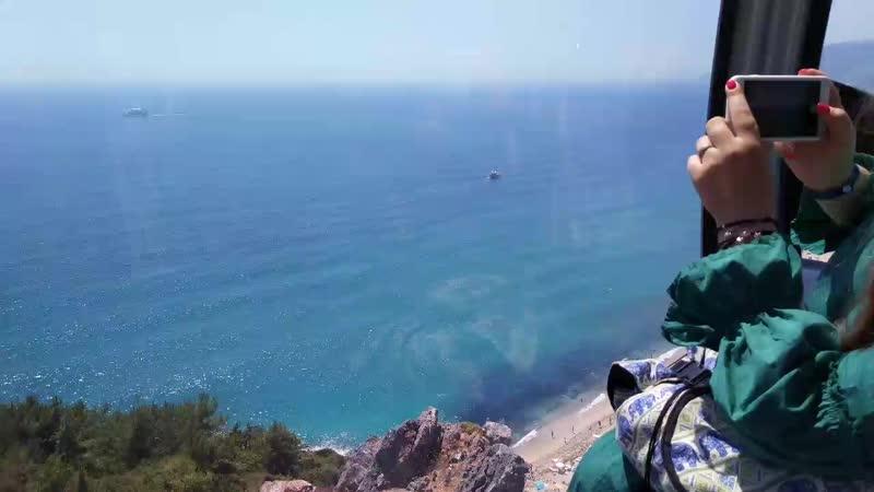 спуск по канатной дороге к пляжу клеопатры