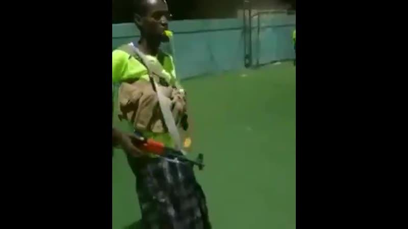 Сомалийский судья, с которым не спорят. Интересно, как у них выглядит дисквалификация?