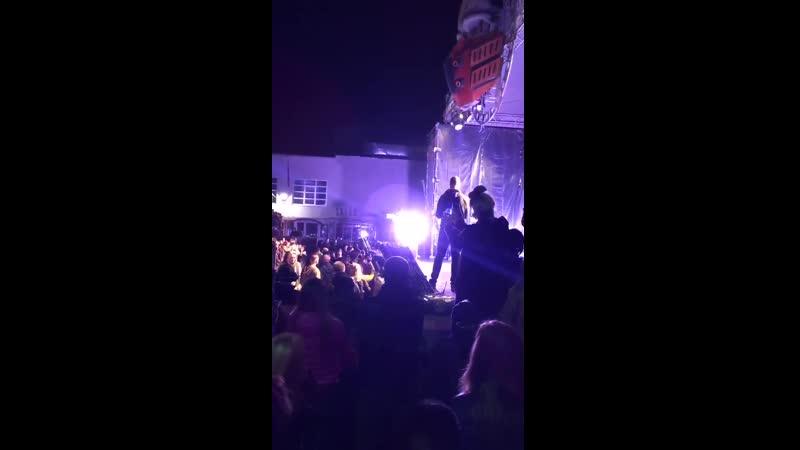 Лидер группы Порнофильмы Владимир Котляров вышел на концерте в костюме ОМОНовца Заявил публике в мегафон что собрание не сог