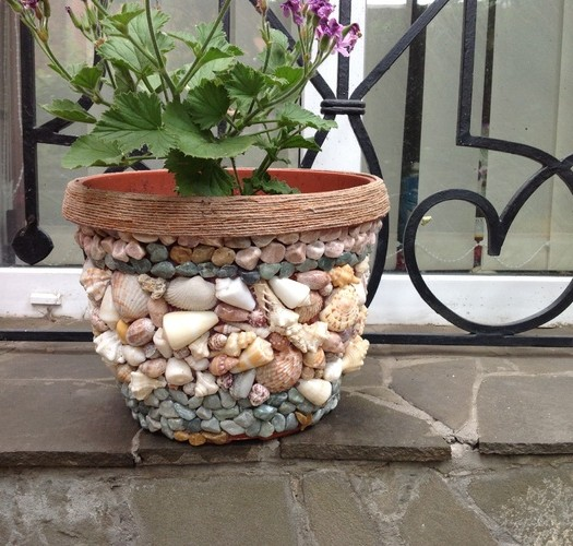 Декор горшка камнями