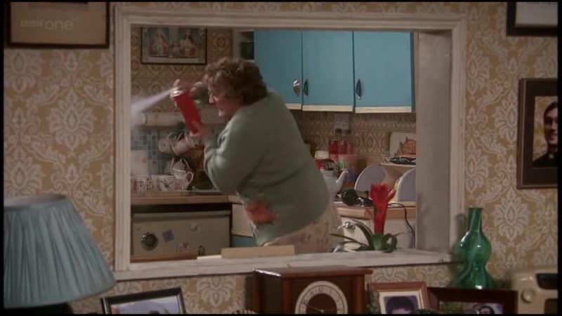 Робот ребёнок или Никто не справится с малышами лучше Отрывок из сериала Семейка миссис Браун