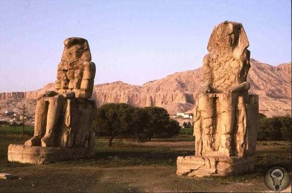 Поющие Колоссы Мемнона - статуи, которым не могут найти научного объяснения Колоссы Мемнона - это две огромные статуи высотой около 18 метров, а вес каждой статуи достигает 700 тонн. Насколько