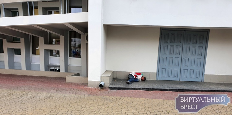 На автовокзале в Бресте поселился бездомный. Что делать, никто не знает
