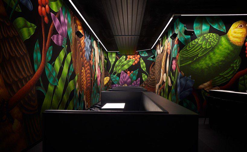 Коктейль-бар «Птица», спроектированный tuou lubroth architekten в Вене, украшен огромными настенными росписями ручной работы.