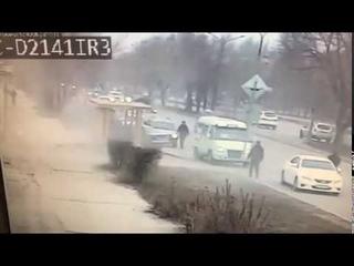 В Волжском «BMW» протаранил остановку с людьми