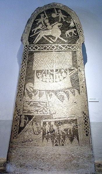 Bildstein-Fornsalen Поминальный камень эпохи викингов с изображением Сигурда Кольцо (в верхней части), ниже изображен дракар с викингами, в средней части Рагнар в яме со змеями.