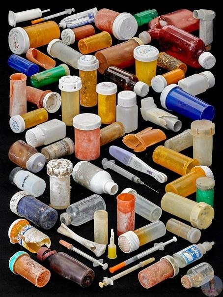 Пластиковых отходов так много, что их можно сортировать по цвету: фотопроект Барри Розенталя Пляжи нашей планеты имеют много общего: они отличаются наличием воды, песка, камней и пластика.