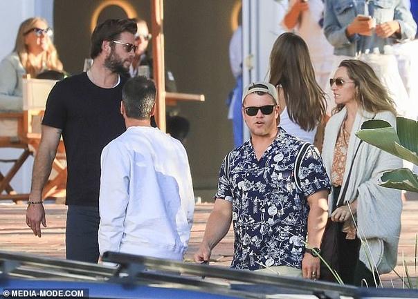 Крис, Люк и Лиам Хэмсворт с мамой, Эльзой Патаки и Габриэллой Брукс