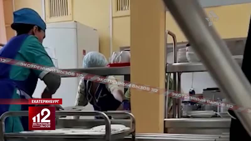 В школьных столовых еду накладывают голыми руками | Видео