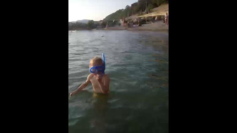 Бажена плавает под водой