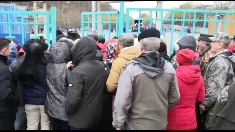 С колен встающие расталкивают друг друга в очереди за бесплатной рыбой в Петропавловске Камчатском Голод не тетка