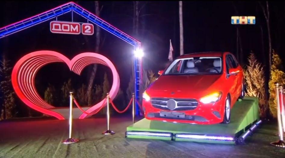 Кто из участниц станет водителем красного мерседеса?