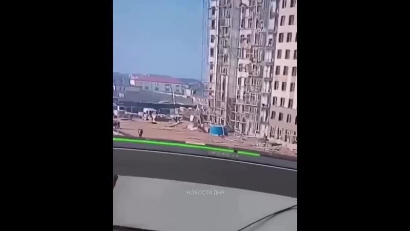 Рабочие выжили после падения с 9 этажа.