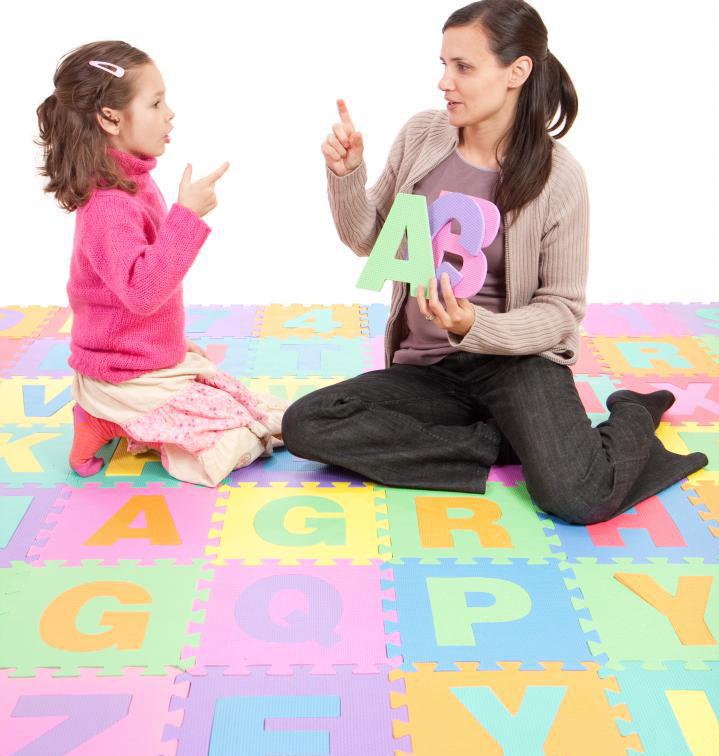 Кто-то, кто хочет работать в детском саду, может иметь образование в дошкольном образовании.