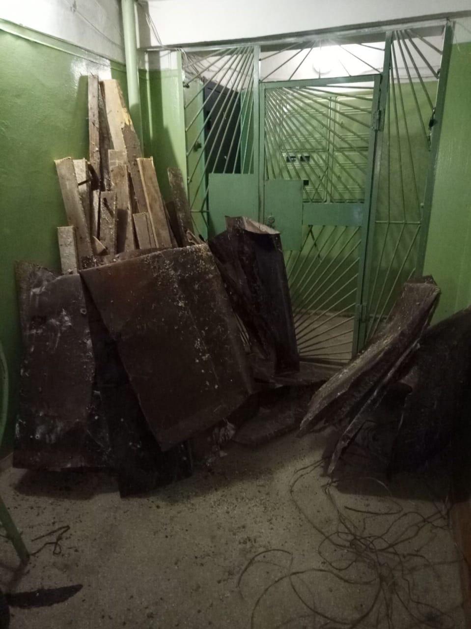 Начало очистки чердака от мусора улица Менделеева