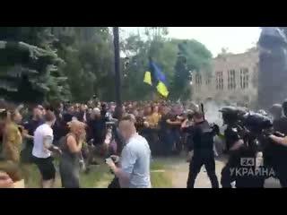 В Харькове вандалы-националисты снесли памятник маршалу Жукову