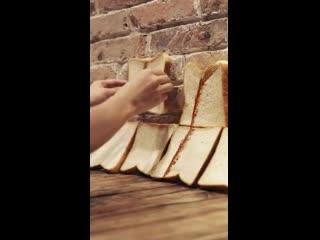 Портрет китайского певца Иян Цяньси из 200 кусочков хлеба