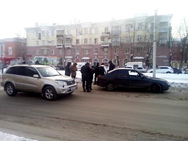 В Барнауле силовики вытащили из машины людей